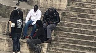 Per gli immigrati le regole non valgono: virus? No, assembramento in pieno centro a Roma, le foto