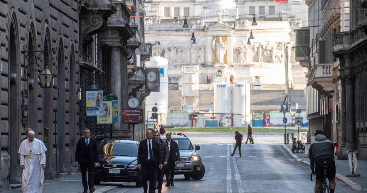 Risultato immagini per papa gira per roma senza mascherina