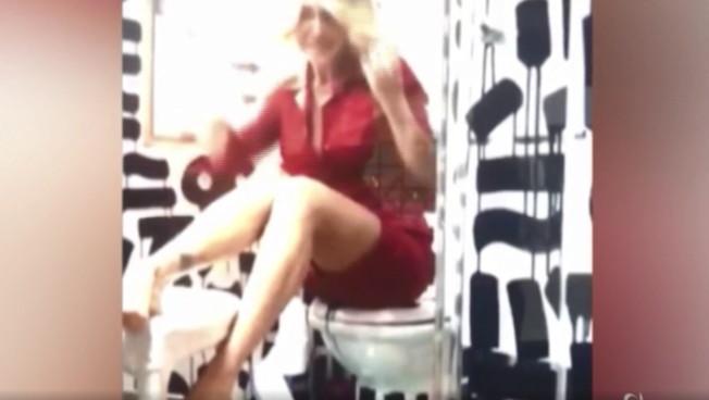 Paola Barale seduce seduta sul water: il filmato sensazionale delle riprese casalinghe