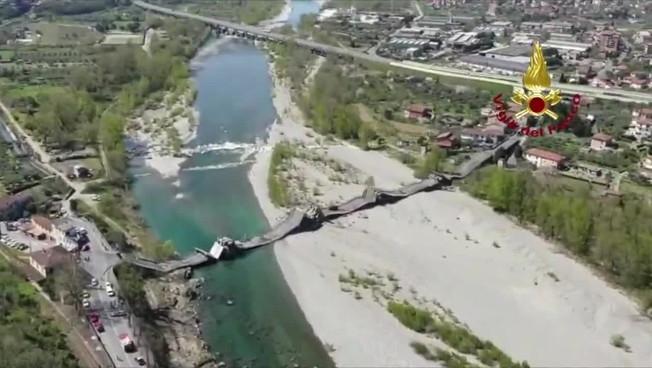 Le immagini del ponte crollato a Massa Carrara