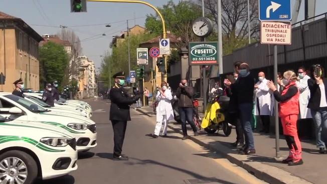 Milano, le sirene della polizia locale per medici e infermieri