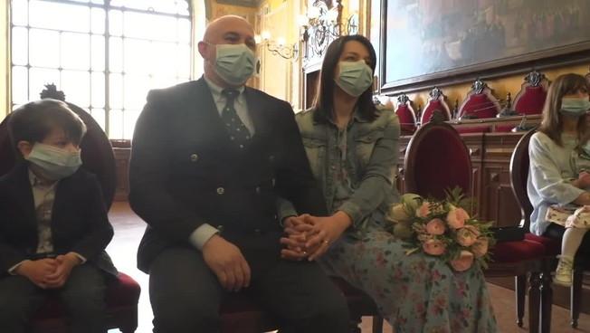 Il sindaco di Parma sposa due medici in prima linea contro il coronavirus