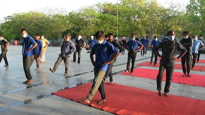 Covid-19, in India ai senza tetto pensa l'insegnante di yoga