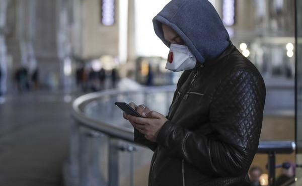 Coronavirus, come disinfettare il telefonino: guida pratica per non venire contagiati via smartphone