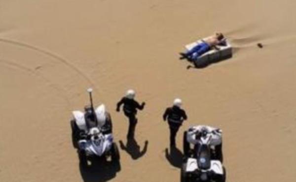 """Rimini, agenti in spiaggia per un cittadino steso sul lettino. La foto-scandalo: """"Ridicola prova di forza"""""""