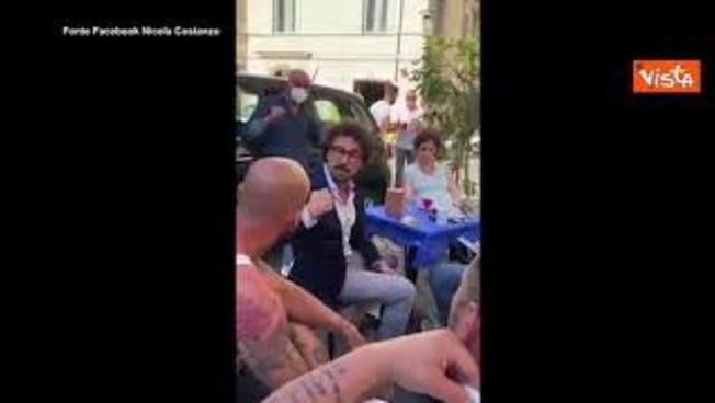 Urla, insulti e se ne va: Danilo Toninelli contestato al bar perde il controllo