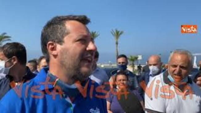 'Lo avevo promesso': il ritorno di Salvini a Mondragone, schiaffo ai centri sociali