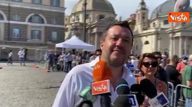 'Qui la squadra che governerà'. Salvini, blitz in piazza: giallorossi subito sfrattati