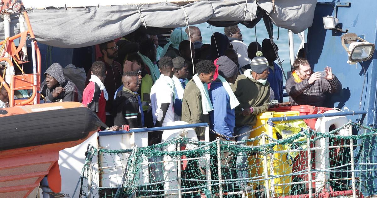 """Immigrazione, Lampedusa al collasso: 294 sbarchi nella notte. Gli albergatori: """"Così ci uccidono"""" thumbnail"""