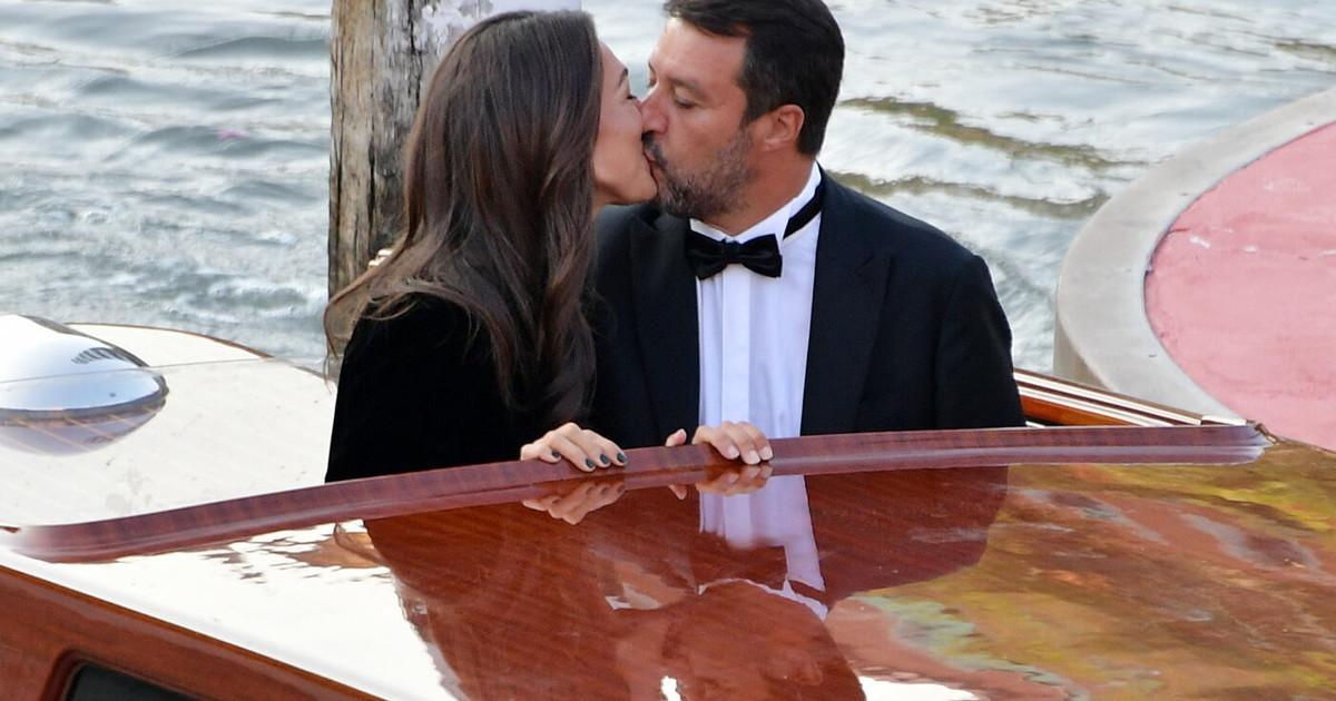 Matteo Salvini e Francesca Verdini, bacio e red carpet a Venezia. Il dettaglio politico: cos'ha sulla mascherina il leghista thumbnail