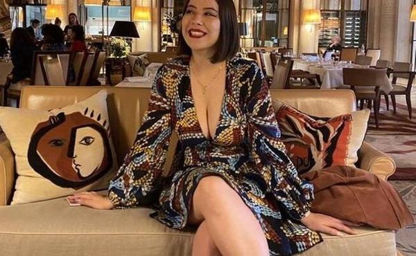 """Parigi, """"troppo scollata"""": la ragazza costretta a coprirsi al Museo d'Orsay, """"erano turbati dal mio seno"""""""