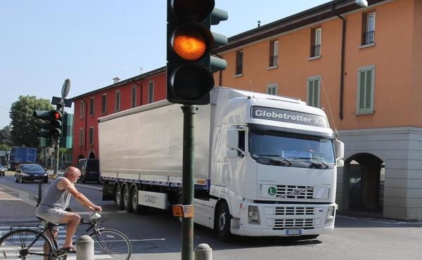 """Codice della strada, cambia il semaforo: il giallo durerà solo 3 secondi. """"Rischio incidenti e pioggia di multe"""""""