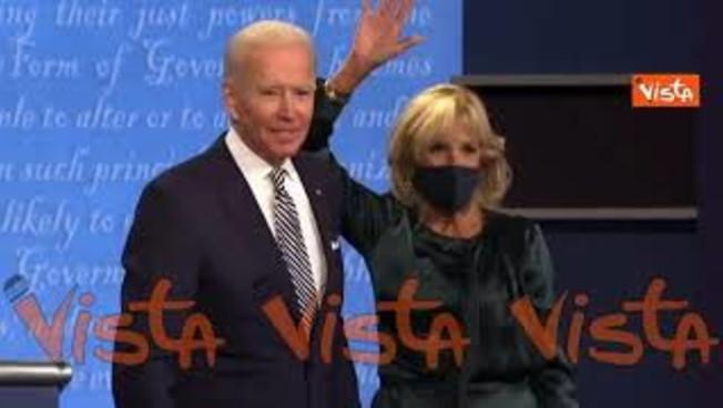 Melania sale sul palco con Trump, occhio: Biden abbraccia la moglie, loro invece... Un dettaglio (molto) pesante | Video