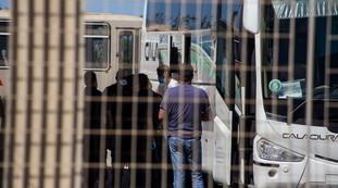 Mille migranti col Covid spaccano tutto e fuggono: aggrediti anche i poliziotti, ecco il modello Pd-M5s
