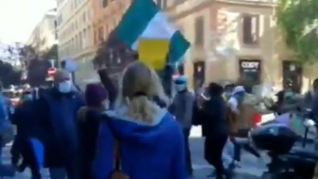 Immigrati nigeriani protestano in strada a Roma. 'Assembramenti e mascherine, per loro le regole non valgono?'