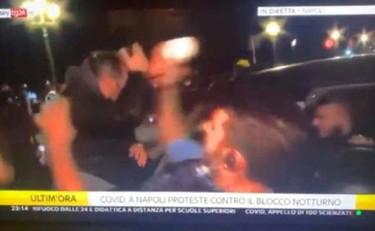 Napoli contro De Luca, violenza cieca. La sconcertante aggressione all'inviato di Sky in diretta | Video