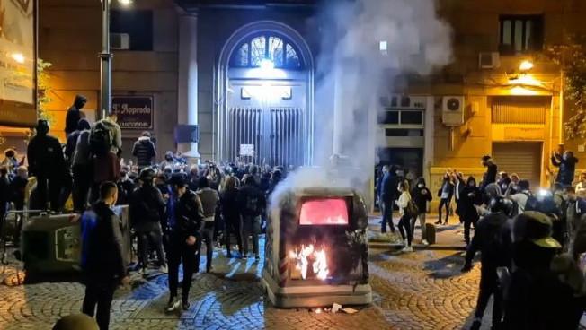 Covid-19, notte di guerriglia a Napoli: proteste contro lockdown