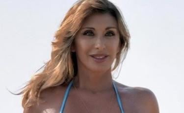 Ci fai morire: Sabrina Salerno semi nuda sul letto