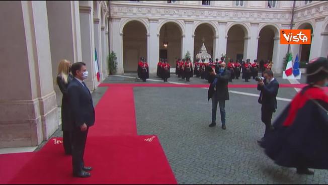 Olivia Paladino in passerella? Incredibile a Palazzo Chigi, raid dell'intruso sul tappeto rosso: occhio alla reazione di Conte | Video