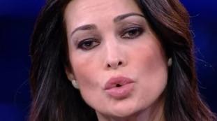Omosessuali da coprire, tu e Garko.... Manuela Arcuri in grave imbarazzo, che punta il dito da Giletti | Video