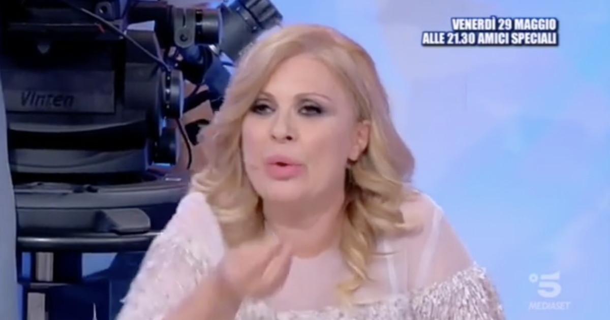 Tina Cipollari vittima di furto in un bar a Roma: scatta la denuncia, ladro individuato