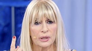 Rimandate il video. Immagini umilianti per Gemma Galgani, che impazzisce: Buffona, insulti e rissa con Tina Cipollari