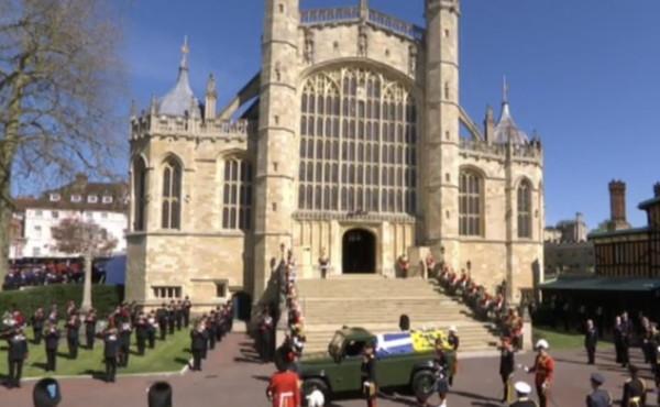 """Funerali di Filippo, cerimonia interrotta: """"Si è denudata e ha scalato la statua della regina"""", scandalo a Windsor"""