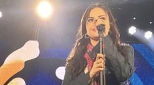 Sul palco canta Arisa? Alle sue spalle due cagnetti in crisi ormonale: proprio quello, roba da censura durante l'esibizione   Video