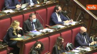 Mentre Draghi parla in classe, il gesto clamoroso di Giorgia Meloni: catturato dalle telecamere, tensione verso le stelle | video