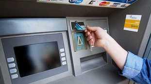 La tassa sul prelievo, l'ultima rapina delle banche: il piano, quanti soldi ti spillano mentre fai il bancomat