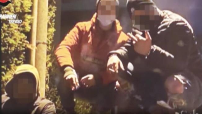 Furti e spaccate a Treviso, arrestati cinque ragazzini: le immagini della baby-gang in azione