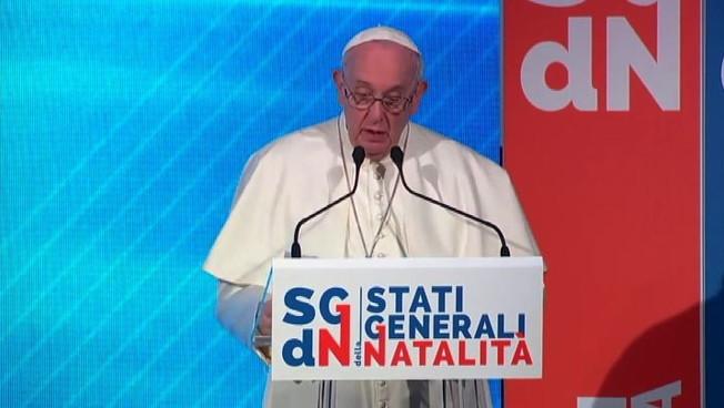 Papa: donne sul lavoro devono nascondere la pancia, una vergogna
