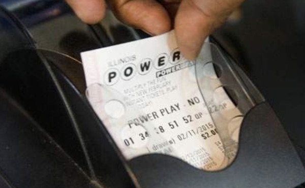"""Lotteria, vince 26 milioni e si rovina la vita: """"C'è anche il video"""", come distrugge il biglietto. Una tragedia"""