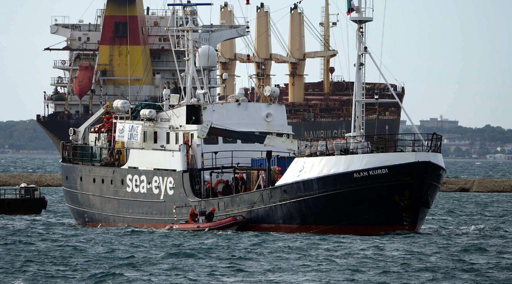 La Ong fa rotta verso l'Italia con 400 immigrati, altro sfregio della Germania: 400 a bordo. La rabbia di Salvini