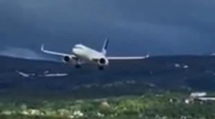 Volo di uccelli contro l'aereo, atterraggio interrotto all'ultimo secondo: momenti di terrore | video