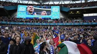 Sì, il rischio c'è. Variante Delta impazzita: bomba contagio allo stadio di Wembley. Verso il disastro; una terrificante ammissione