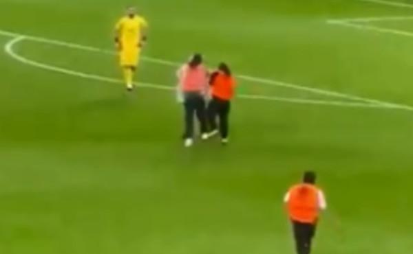 Euro 2020, ecco il video dell'invasione di campo censurata: il torero ne stende 5, caos a Wembley