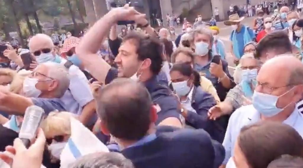 Позор тебе, атеист, ты должен уйти.  Лурдес, нападение на Макрона в день Явления: невиданные ранее сцены |  видео