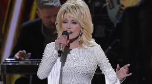 Dolly Parton, il ritorno della coniglietta di Playboy. Foto sensazionali senza censure: sai quanti anni ha? | Vedere