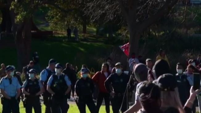 Covid, rivolte a Sydney e altre città contro il lockdown: arresti