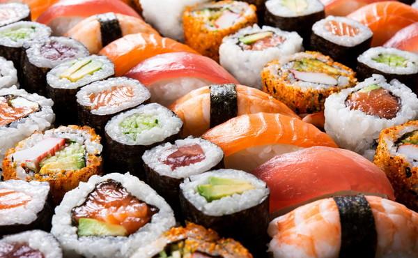 Sushi con scarafaggi e muffa, sequestrati 500 kg di pesce: il ristorante degli orrori? È in Italia...