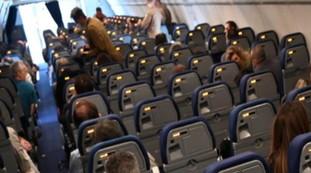 Palermo, terrore sull'aereo: donna colpita da infarto in alta quota, come riescono a salvarle la vita