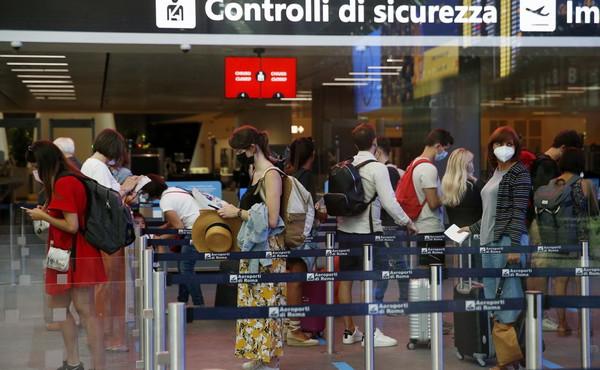 Perugia, orrore in aeroporto: scende dal volo, una puzza terrificante. Cosa gli trovano nella borsa
