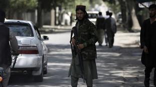 Esecuzioni sommarie di civili disarmati. I talebani affilano le armi: pronti per la guerra lampo in aeroporto? Gravi problemi di evacuazione