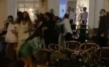 Capri, rissa al Grand Hotel Quisisana. Volano sedie, identificati i  violenti: i nomi che imbarazzano Napoli – Libero Quotidiano