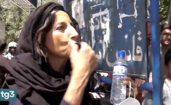 """Afghanistan, l'inviata Rai sfida il talebano: """"Perché non mi guardi in faccia quando parlo?"""", attimi di paura"""