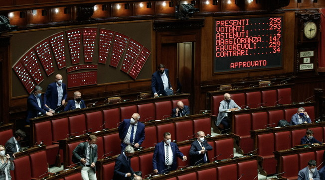 Ladies and gentlemen, slap Italians: Who knows who will brand No-Vox MPs?  The latest scandal