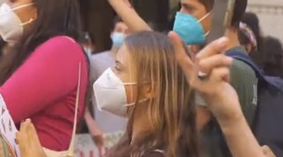 Greta Thunberg, the Communist?  So trapped in the square in Milan: but isn't it the battle for the environment?  |  Video