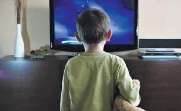 Tv, ecco come lo schermo ti brucia il cervello: lo studio e l'errore da non fare