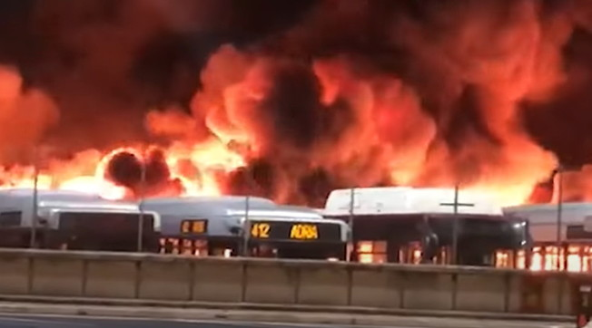 Fireworks, the last stroke of the Ray-era: disgrace in Rome, maxi-bus fire: how many burn |  video